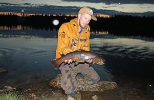 Michael Ärfström fick en fin öring på 2,7 kilo i Rörsjön, Hedeviken.