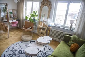Det egenhändigt byggda soffbordet av vril har en central roll i Johannas vardagsrum.