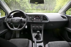 Seat använder ju samma byggklossar som de övriga i VW-familjen, och det märks även på insidan. Bara emblemet i ratten skvallrar om fabrikatet. Enkelt och användarvänligt.