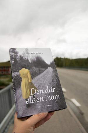 Med beslutsamma steg går Margareta Klingspor genom Hede i Karin Härjegårds roman.