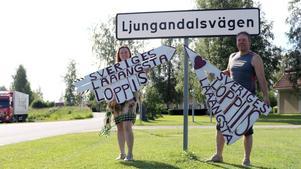 Linda och Tommy Isaksson arbetar  tillsammans med Håkan Moberg, i Destination Ljungandalen, med förberedelserna inför Sveriges längsta loppis.