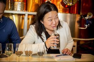 Jessica Polfjärd (M), 2:a namn på EU-listan, får en doft av Europa hos Hernö gin.