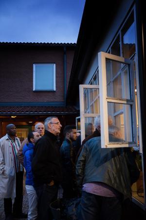 Max 140 personer fick plats inne i församlingsgårdens lokaler. Det medförde att människor trängdes ända ut i hallen och kikade in genom fönstren.