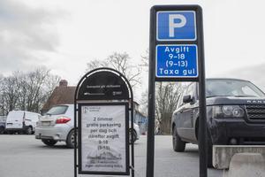 Det nya parkeringssystemet i Norrtälje centrum har fått förödande kritik. Men än är det för tidigt att helt döma ut de nya p-automaterna. Den här typen av kritik brukar drabba de flesta nymodigheter. Värre är om problemen med P-automaterna gör att handeln i Norrtälje centrum drabbas.