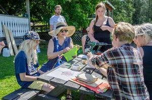 Det samlas många kring Naturskolans bord på Alntorps ö.