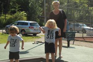 Emily Bruck, Edith Lannerbro och Clara Lannerbro är ute och leker i Societetsparken . – Vi har det bra! Vi njuter så länge det varar. Men man vet ju att värmen kan vara jobbig för många också.