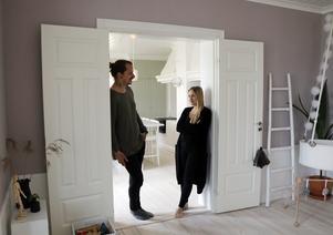 David Eriksson och Matilda Rosén i dörröppningen mellan matsal och kök i sitt hus i Malenedal strax utanför Söderhamn.