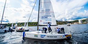 ÖSS fick en fin start på seglingsallsvenskans första dag när de vann två race och kom trea i ett.