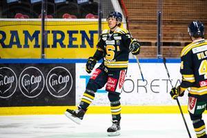 Måns Lindbäck gör en målgest efter 2–1-målet. Foto: Bildbyrån
