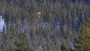 Raketen singlar mot backen i sin fallskärm.