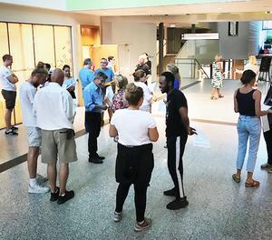 Valinformatörerna lär sig genom bland annat rollspel hur de kan bemöta olika personer, och få just dem att gå till vallokalerna den 9 september.