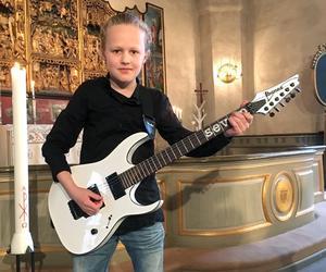 """Theo Kumlin som elvaåring när han spelade Led Zeppelins """"Stairway to heaven"""" i kyrkan."""