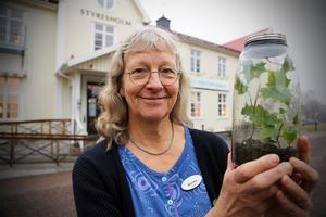 Monika Sundström med ett eget burk-ekosystem. Kanske något att ta med sig för att skapa syre och mat på en rymdfärd på 6 000 år...