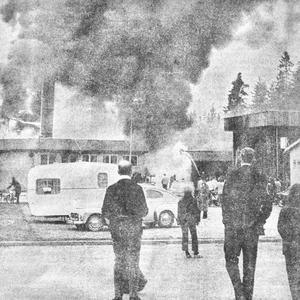 En brandman sveddes av eld uppe på ett tak och föll baklänges ner på marken vid branden på Byggelement AB i Sävsjö, men verkade ha klarat sig rätt bra.