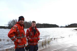 Går du tillbaka fyra år var det också höga vattennivåer  i Mora. Här står Peter Bäcke och Johan Szymanski nedanför folkhögskolan där man tvingades stänga av en cykelväg på grund av översvämningar. Arkivbild: Stefan Rämgård.