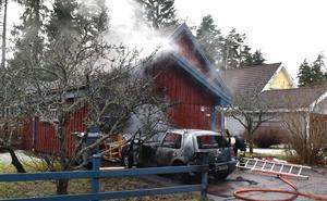 Flera enheter från räddningstjänsten fanns på plats och kunde hindra branden från att sprida sig ytterligare.