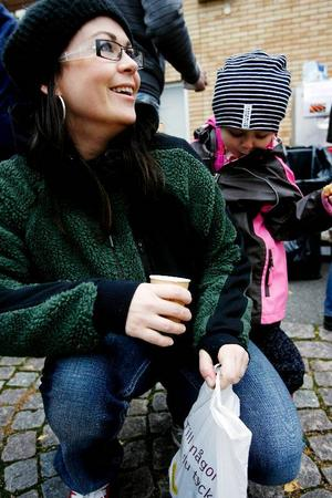 """Intresseföreningen Mat é Lit samlade på onsdagskvällen en hel del Litsbor för att bland annat låta dem smaka lyxsoppa tillredd i förskolans eget kök. """"Det är självklart att man vill att barnens mat ska tillagas på plats"""", säger Anna Andersson, här med dottern Stella.  Foto: Henrik Flygare"""