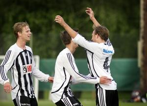Gratulationer av sina lagkamrater efter att Peter Stark-Dahlbeg gjort sitt tredje mål.