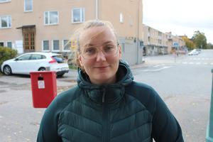 Elina Vastamäki, 28 år, Norrtälje: Jag tycker att de höjer priserna hela tiden. De vill ju värna om dem som åker kollektivt och jag tycker redan att kostnaden för ett månadskort ligger på gränsen för vad som är rimligt. Det är bra att de bygger ut kollektivtrafiken men man borde kunna hitta andra finansieringsalternativ.