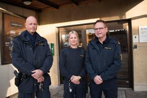 8 november. Det var polistätt i Smedjebacken när medborgarkontoret invigdes i kommunhuset. Varje onsdag mellan 8–12 finns polisen på plats för att ta emot anmälningar och tips, hantera hittegodsärenden eller svara på frågor i största allmänhet. Här representeras ordningsmakten av inspektör John Säfvenberg, polisassistent Emmeli Klodner Vasara och kommunpolis Lars-E Karlsson.