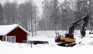 Grävarbeten runt golfrestaurangen och Lindesbergs golfklubbs klubbhus har inget med golfanlägningen att göra. Det är Samhällsbyggnadsförbundet Bergslagen som jobbar med vattenledningar i Dalkarlshyttan.