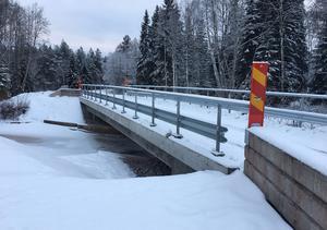 Färdig bro i december 2019. Betongräckena vid broändarna ersätts i vår av riktiga vägräcken.