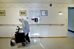 Nancy Friberg tar rullatorn till lägenheten efter lunchen. Sittkudden är med, liksom veckotidningarna och mjukisdjuret