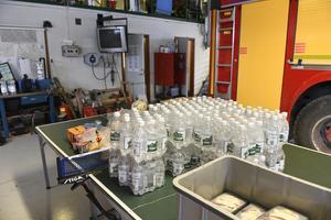 Det specialframtagna dricksvattnet som blev över efter Idre yran kördes över till räddningstjänsten i Idre som är med och bekämpar skogsbranden på Älvdalens skjutfält.