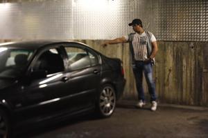Ben Taleb vill inte visa sin vandaliserade bil, här är en annan sönderslagen bil i garaget på Klockarvägen.