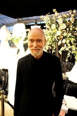 Lars Wallin kom till Hallstahammar med bröllopsklänningar.