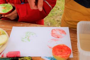 Resultatet av  Alma och Thereses äppelmålningar.