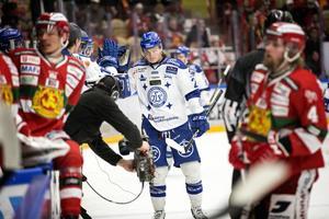 Anton Karlsson har växt ut till en publikfavorit och omtyckt spelare i Leksands omklädningsrum. Men, kvalhjälten får inte följa med på resan i SHL.