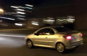 Klockan 23.00. Bilisten rivstartar efter att ha överlämnat en kasse från Systembolaget till en yngling i Granloholm.