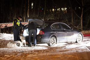 Med hjälp av en narkotikahund sökte polisen igenom den stoppade bilen.