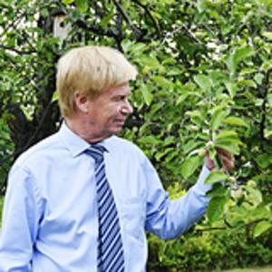 Rodney Engström håller mest till i skog och mark på sommaren. Men han får regelbundet knäppa skjortan och knyta slipsen för uppdrag i Sundsvall.