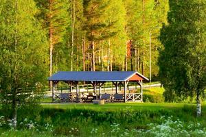 Mitt i skogen ligger festplatsen, Enskogenborna brukar hålla till – på lördag får brandmännen från Ramsjö komma dit.