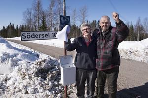 Jubel vid brevlådan. Anette och Alf Brodin i Södersel vann striden mot Postnord och får även i fortsättningen sin post utdelad hem till brevlådan i byn.