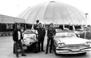 Arrangörerna av Bil- och mc-mässan 1983, Christer Ekman och Agne Ottosson, framför Z-kupolen tillsammans med Odd Nordskog från Trondheim med sin Dodge Dart Phoenix.
