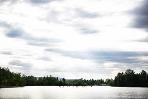 I Sverige finns 42000 mil stränder, längs kust och sjöar. Dessutom rinner 41000 mil smala vattendrag genom landet. Men all denna kust och alla dessa sjöar och vattendrag är i dag hårt reglerade av strandskyddslagstiftningen, skriver insändarskribenterna.