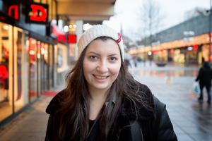 """Ninorta Shamoun, 24, studerande, Hovsjö: """"Jag hoppas att jag får träffa mina föräldrar i jul. De är fortfarande i Syrien. Familjen är viktig under julen."""""""