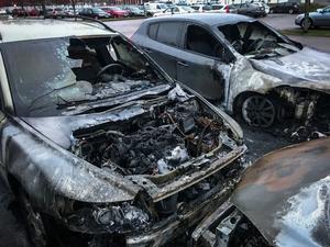 Enligt vittnen som VLT pratat med hördes en smäll och därefter såg de höga lågor från de brinnande bilarna på parkeringen.
