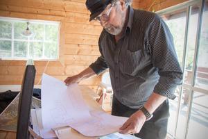 Massor av skisser och ritningar visar Rolands förslag för lösningar av vattenreningen för fastigheterna runt Lilla Sandviken. Papperstraven i portföljen är  imponerande.