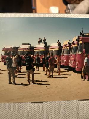 Millennieskiftet firade Sofie och Micke i den namibiska öknen tillsammans med 140 resenärer från sju olika bussar.