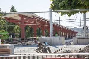 Arbetet med pendeltågsstationen i centrum har pågått sedan början av maj och trots den extrema värmen går arbetet enligt planerna. Stationen väntas öppna den 20 augusti.