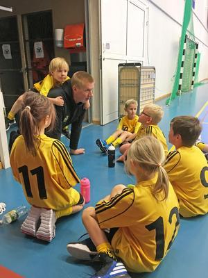 Många barn kommer på Ösmo handbolls träningar. Foto: Privat