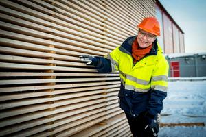 Cirka tio procent av alla anställda på Tunadals sågverk  är kvinnor, Katarina Levin ser gärna att de blir fler.