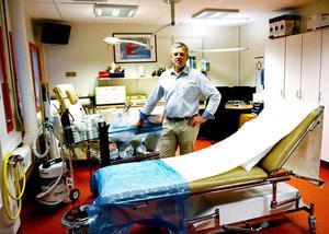När Region Västernorrland dukar under av ökande hyrläkarkostnader är det vissa kliniker som blöder mer än andra. Johan Nilsson är länsklinikchef för ortopedin och här ökar stafetterna kraftigt.