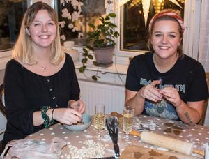 Systrarna Lisa och Sara i full fart med att baka pepparkakor. Andra bakverk som står på schemat är lussebullar, Rocky road, saffranskladdkaka, knäck, lakritskola samt pepparkaksstänger.