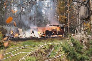 Stugan totalförstördes i branden.
