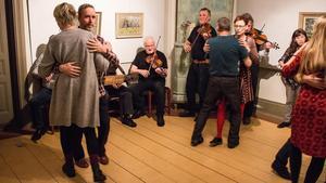 På nedervåningen kunde besökarna dansa till musiken.